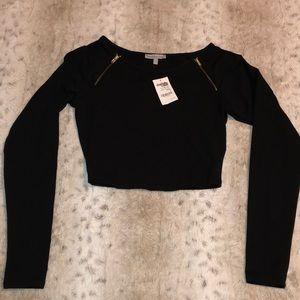 Black crop shirt. Zipper detail.